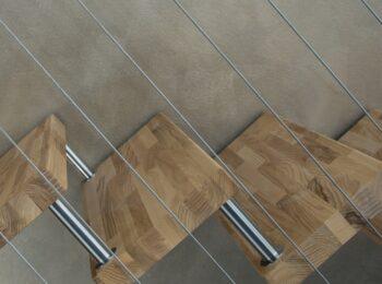 Holztreppe mit Stahlseilen