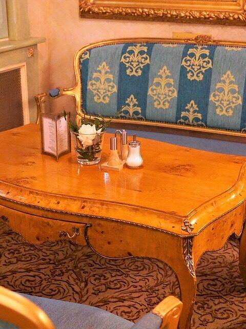 Ein antiker Tisch in der Wohnung